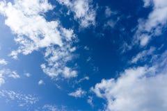 Beau ciel bleu idyllique avec le nuage Photographie stock libre de droits