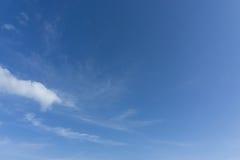Beau ciel bleu idyllique avec le nuage Photos libres de droits