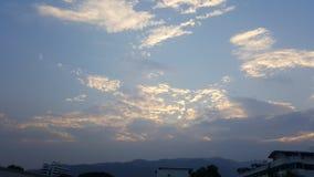 Beau ciel bleu nuageux avec le coucher du soleil Image libre de droits