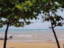 Beau ciel bleu sur la plage Images stock