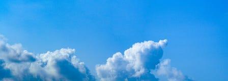 Beau ciel bleu vibrant vif panoramique avec les nuages blancs un jour ensoleill? pour la banni?re de Web image stock
