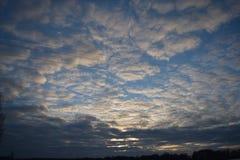 Beau ciel d'automne avec les nuages foncés photos libres de droits