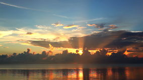 Beau ciel de coucher du soleil banque de vidéos