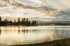 Beau ciel de coucher du soleil au-dessus d'une baie Photographie stock libre de droits