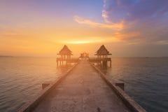 Beau ciel de coucher du soleil au-dessus de littoral et de passage couvert Photographie stock libre de droits