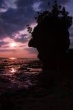 Beau ciel de coucher du soleil avec le silouette de falaise Photo stock