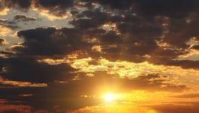 Beau ciel de coucher du soleil avec les nuages rouges Photographie stock libre de droits