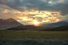Beau ciel de coucher du soleil dans le domaine Queenstown d'exploitation d'élevage southlan Photo stock