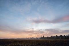 Beau ciel de coucher du soleil dans les domaines lithuania Images libres de droits
