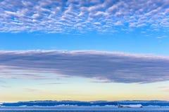 Beau ciel de matin au Groenland au-dessus de la mer arctique et icebergs près d'Ilulissat photographie stock