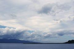 Beau ciel de paysage de mer avec des nuages Photographie stock