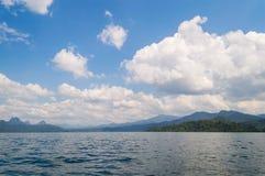 Beau ciel de rivière de lac de montagnes et attractions naturelles dans le barrage de Ratchaprapha chez Khao Sok National Park, p Photos libres de droits