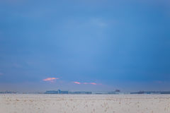 Beau ciel foncé Coucher du soleil Sun Nuages de flottement rapides coucher du soleil givré de vrai hiver dans le domaine Photographie stock libre de droits