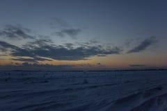 Beau ciel foncé Coucher du soleil Sun Nuages de flottement rapides coucher du soleil givré de vrai hiver dans le domaine Images libres de droits