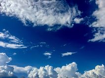 Beau ciel foncé et bleu-clair et nuages blancs le jour photo stock