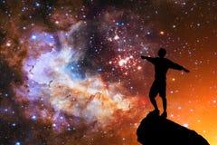 Beau ciel nocturne avec les étoiles et la silhouette d'un seul homme de position image libre de droits