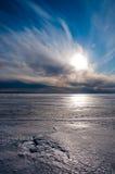 Beau ciel nuageux au-dessus de glace Photos stock