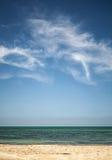 Beau ciel nuageux au-dessus de la plage sablonneuse blanche Photographie stock libre de droits