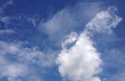 Beau ciel nuageux et bleu Photo libre de droits