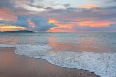 Beau ciel rose avec des cumulus pendant le coucher du soleil au-dessus du Se photos stock