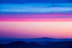 Beau ciel rose avec les collines posées Photographie stock