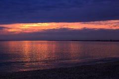 Beau ciel sombre de coucher du soleil au-dessus de la mer photographie stock libre de droits