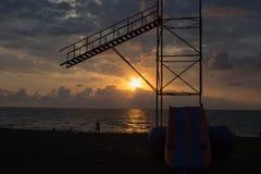 Beau cloudscape au-dessus de la mer, plage du soleil de coucher du soleil Les personnes de silhouettes au fond de coucher du sole Photos libres de droits