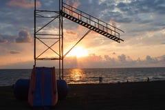 Beau cloudscape au-dessus de la mer, plage du soleil de coucher du soleil Les personnes de silhouettes au fond de coucher du sole Photographie stock libre de droits
