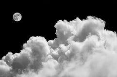 Beau cloudscape avec les nuages pelucheux image libre de droits