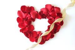 Beau coeur des pétales de rose rouges d'isolement sur le blanc Photos stock
