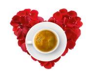 Beau coeur des pétales de rose rouges et de la tasse de café d'isolement dessus Image stock