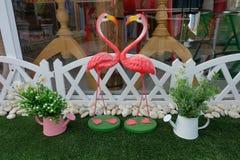 Beau coeur par des cygnes de couples dans le mini faux jardin Images stock
