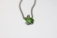 Beau collier argenté avec la gemme verte de malachite bijou Photo stock
