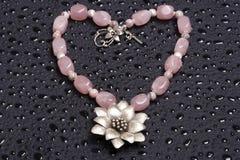 Beau collier perlé en forme de coeur Image stock