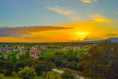 Beau, coloré et impressionnant coucher du soleil au-dessus d'une petite ville dans Spai Image libre de droits