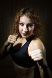 Beau combattant de fille se tenant dans la pose du boxeur dans le sauna Image libre de droits