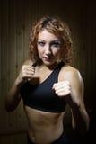 Beau combattant de fille se tenant dans la pose du boxeur dans le sauna Photos libres de droits