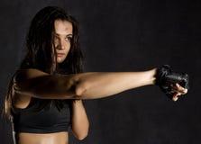 beau combattant femelle sexy de boxeur ou de Muttahida Majlis-e-Amal portant les gants noirs sur un fond foncé Photographie stock