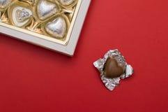 Beau concept d'amour pour le jour de valentines Boîte douce ouverte avec les bonbons en forme de coeur à chocolat à l'intérieur Image libre de droits