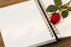 Beau concept de bloc-notes et de rose de rouge Images libres de droits
