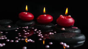 Beau concept de station thermale des bougies, pierres de zen avec des baisses Image stock