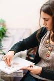 Beau concepteur féminin au plan rapproché de travail images stock