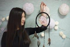 Beau Coréen la fille tenant un receveur rêveur photo stock