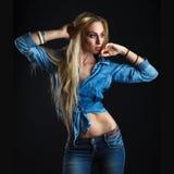 Beau corps de femme dans des jeans Photos libres de droits