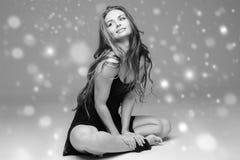 Beau corps de femme de personnes sur la neige d'hiver de plancher noire et blanche photographie stock