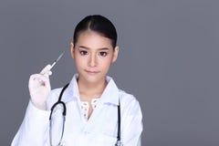Beau costume de chemise de Tan Skin Woman Doctor White d'Asiatique avec le stet Images stock