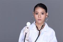 Beau costume de chemise de Tan Skin Woman Doctor White d'Asiatique avec le stet Image stock
