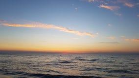 Beau coucher du soleil à la mer image stock