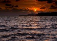Beau coucher du soleil à la mer avec légèrement la vague qui se sentent romantique Photographie stock libre de droits
