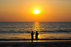 Beau coucher du soleil à la mer d'andaman avec des personnes de silhouette ensemble Photos libres de droits